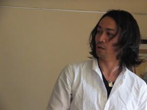 役に入っているシリアスな鈴木洋之さん