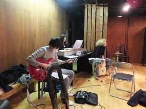 キーボード伊藤和美 ギターNOGI パーカッション小池麻衣