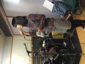 歌唱中の田中さん