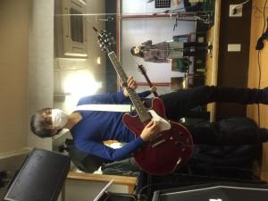 ギター NOGIさん (鏡に姉役の田中さんも!)