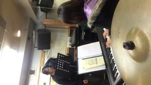 星さんと歌唱指導中の伊藤さん