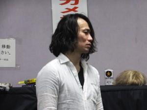 シリアスな表情の鈴木さん