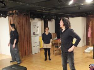 歌練習に取り込む鈴木さん。