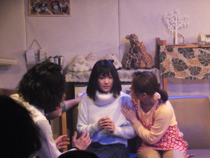 姉役、田中さん。何かを語り始めます。
