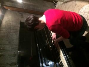 劇場のピアノを弾く堀切さん